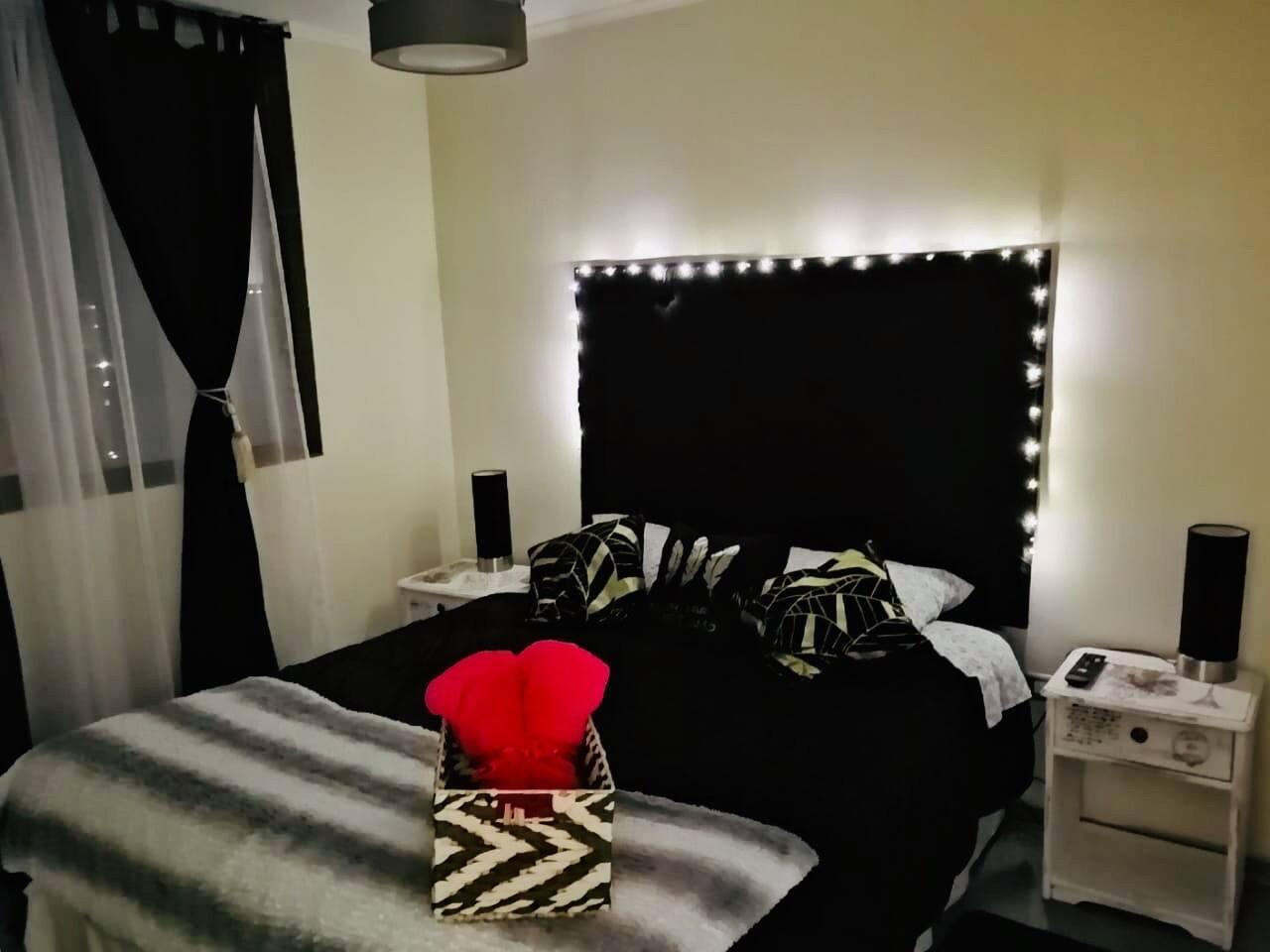 En nuestra habitación con baño en Suite te ofrecemos luces decorativas, con el fin de darle un buen ambiente a tu estadía