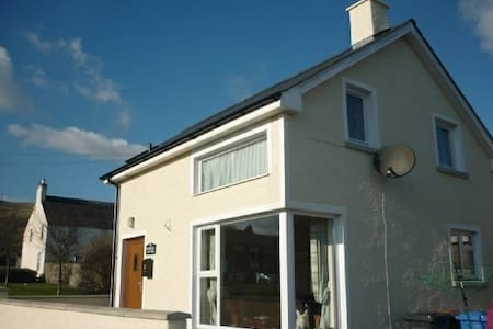Magnolia Cottage B&B in scenic coastal village - Carnlough
