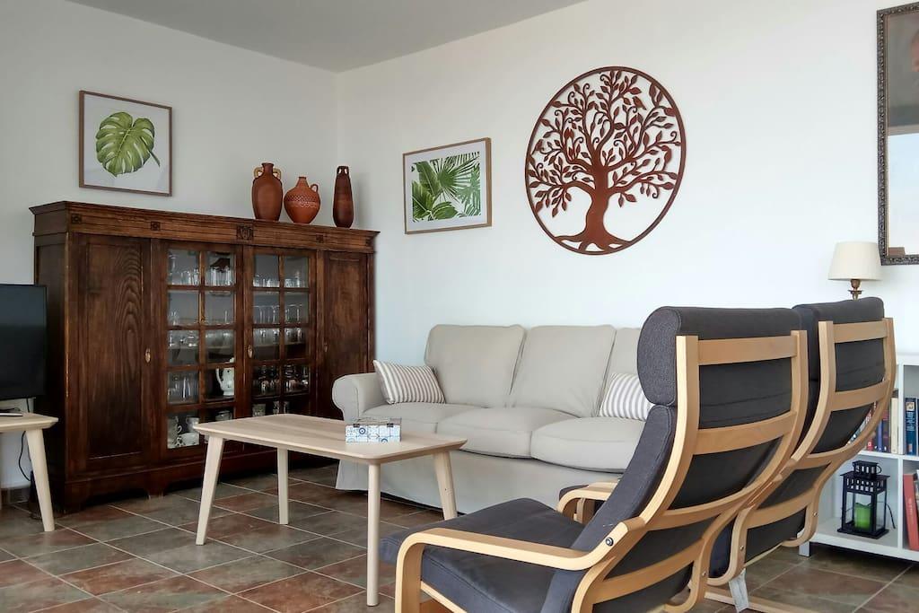 El salón comedor, decorado con detalles que lo hacen acogedor y funcional.