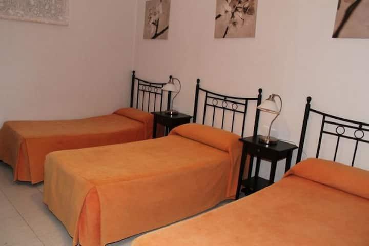 Habitación triple 3 camas y baño compartido