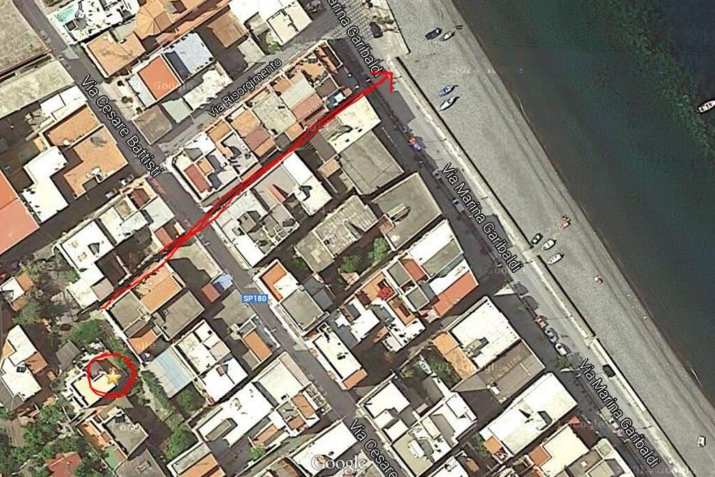 La casa è a 5' a piedi dalla spiaggia di Canneto, un villaggio di pescatori a 15' di auto dal suggestivo paese di Lipari. Anche la fermata del comodissimo bus per Lipari è a 5' a piedi. In zona ci sono supermercati, bar, farmacie, panifici, banche ed altri esercizi commerciali.