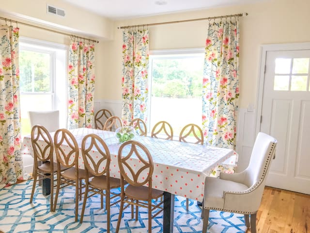 Group Getaway in Wine Country, 12 mins to Downtown
