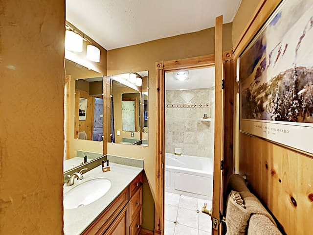 The bathroom offers a tub/shower combination.