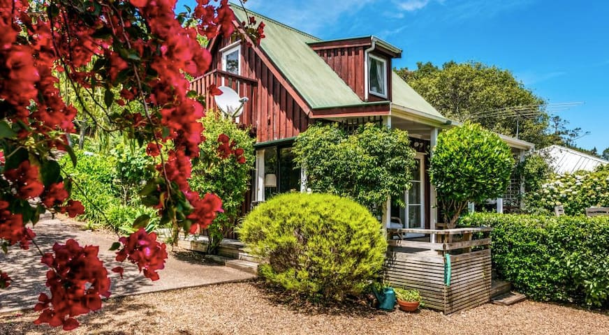 Charming Palm Beach Cottage on the main bus route.