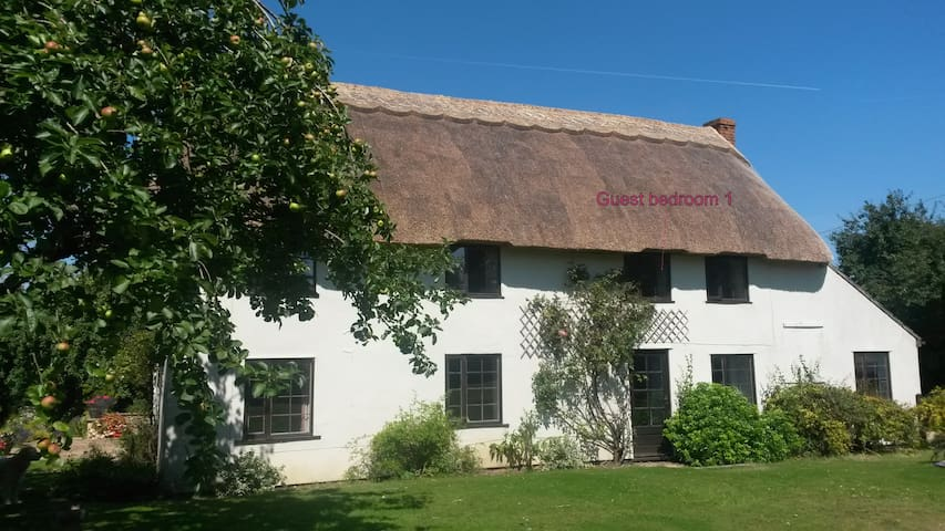 Large double room(s) thatched house - Cherhill - Bed & Breakfast