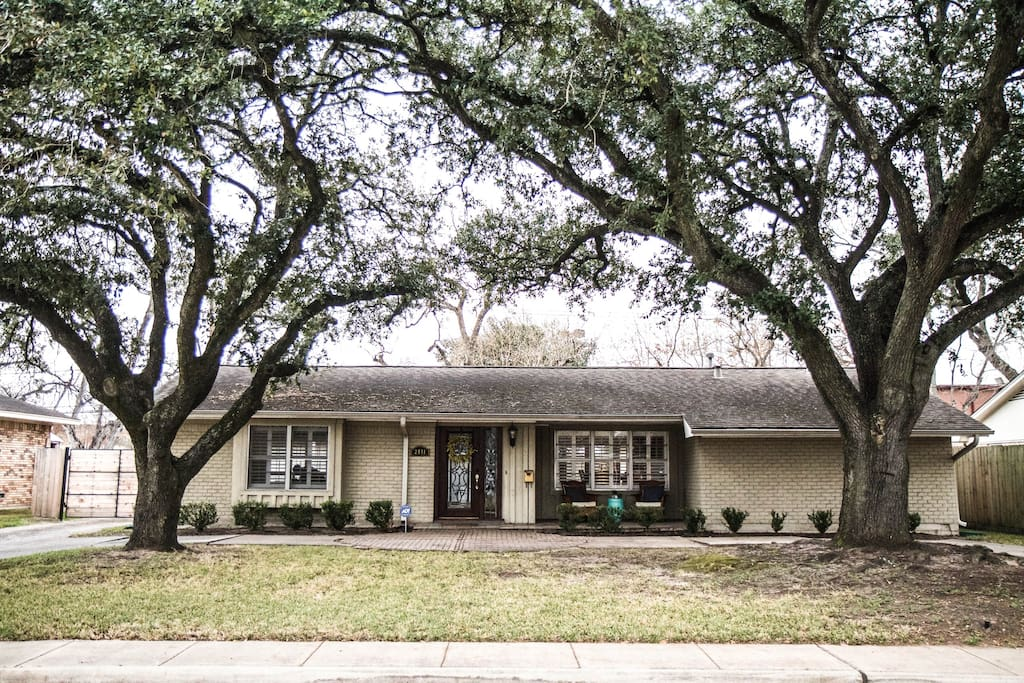 Just minutes from the galleria, has a circle drive for extra parking and a driveway gate for added security.