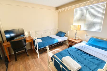 Private Room w 2bed/10 min to Strip/TV/Wifi/Park