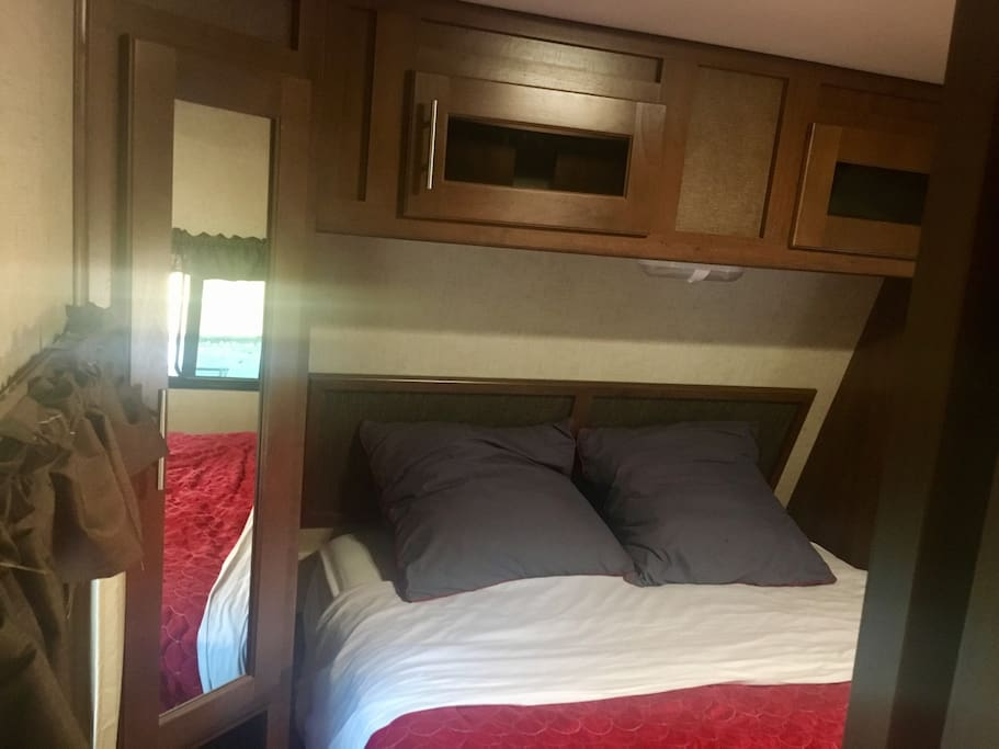 Cozy cadder rv home campers rvs for rent in kelowna for Rv with 2 master bedrooms