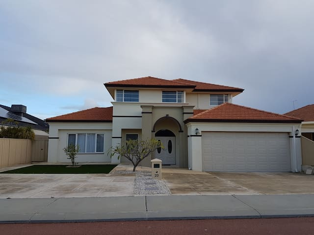 Luxury 2 storey family home close to Perth Airport - Canning Vale