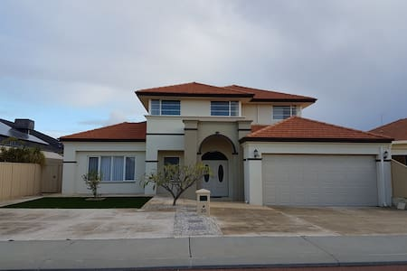 Luxury 2 storey family home close to Perth Airport - Canning Vale - Maison