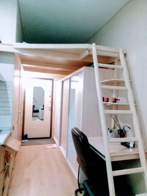 Высота потолков 4м, второе спальное место 2,5м х2м высота до потолка 80-90см.