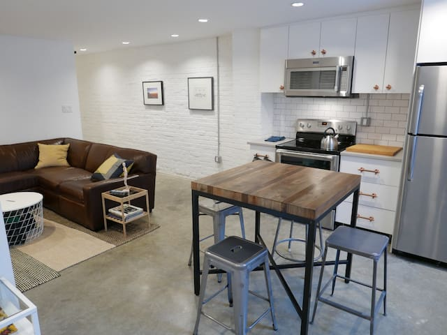 PRO CLEANED! Industrial Chic ~ Sleeps 6 w pking!