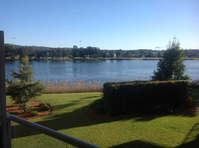 Modern One bedroom unit with gorgeous lake views - Narrabeen - Apartment