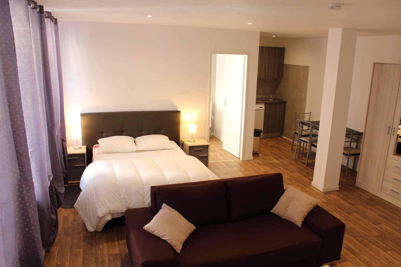 Appartement type Studio, lit double et possibilité de transformer le canapé en lit (2 enf. ou 1 adulte)