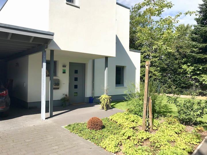 Modernes Reihenhaus mit Garten