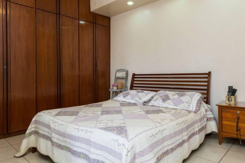 Cama Queen Size  Confortável, quarto amplo e acolhedor, com acesso a varanda !