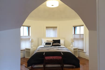 Private Sunny 2 Bedroom Short Distance to T - Brookline