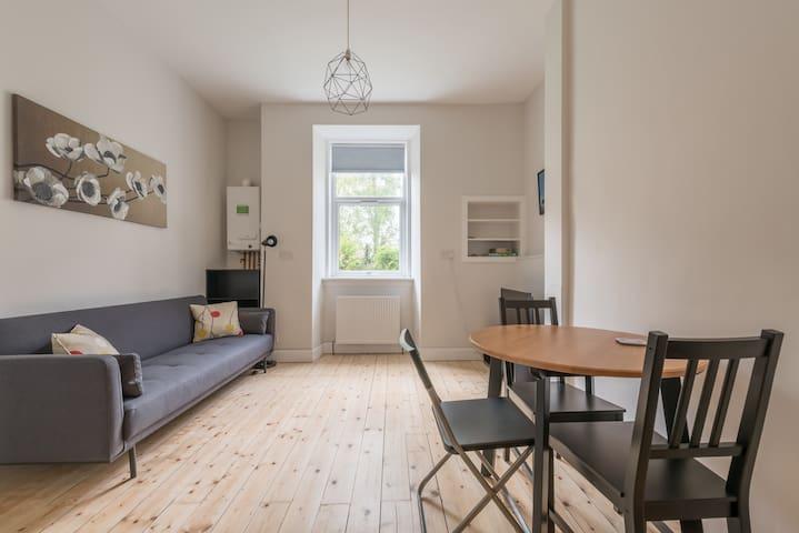 Bright & modern apartment for 3 in Morningside!