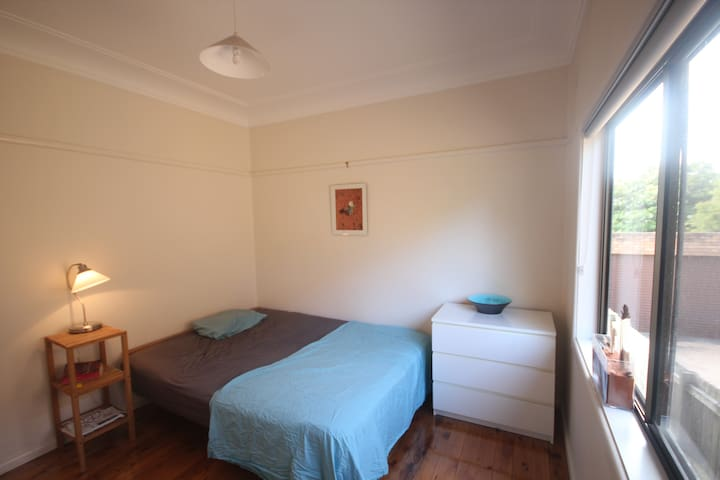 Room in beach house close to city - Chifley