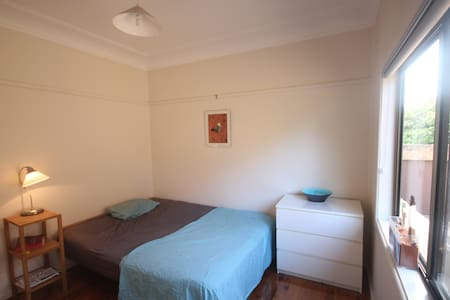 Room in beach house close to city - Chifley - House