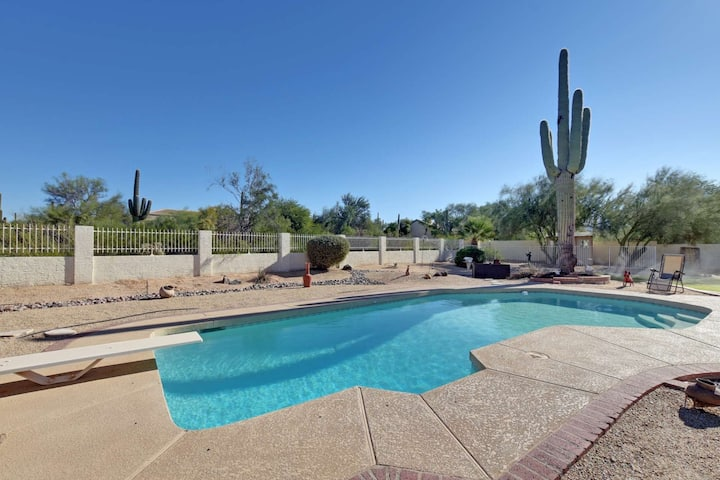 DOG Friendly! Near hiking w/Pool table, Heated Pool, & Spa, FREE GOLF great for entertaining!