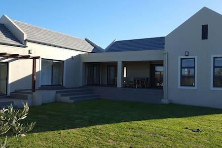 Furnished House within Kelderhof Country Village - ケープタウン - 一軒家