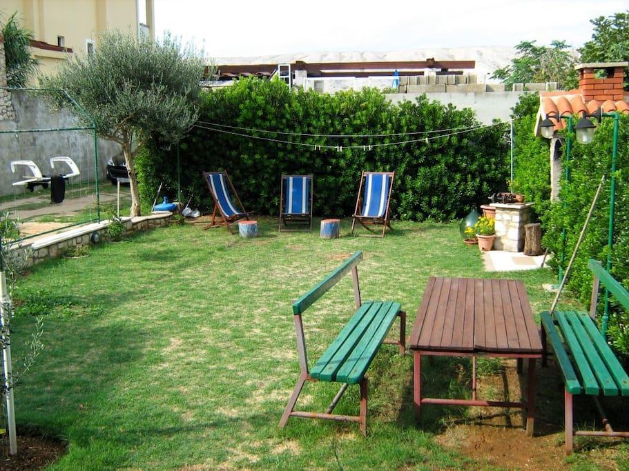Garten mit Gartenmöbel und Sonnenliegen