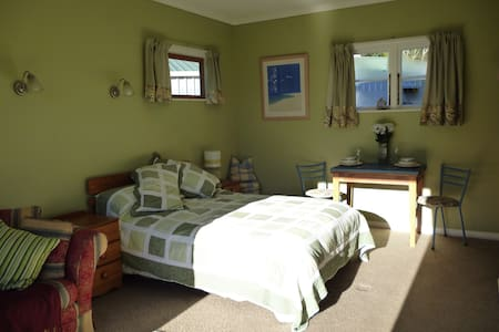 Quail Valley Cottage: private and sunny - Belgrove - Bed & Breakfast