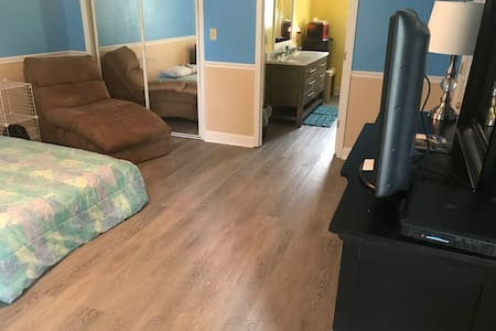 Quiet/remodeled/private suite. 6 min from hospital