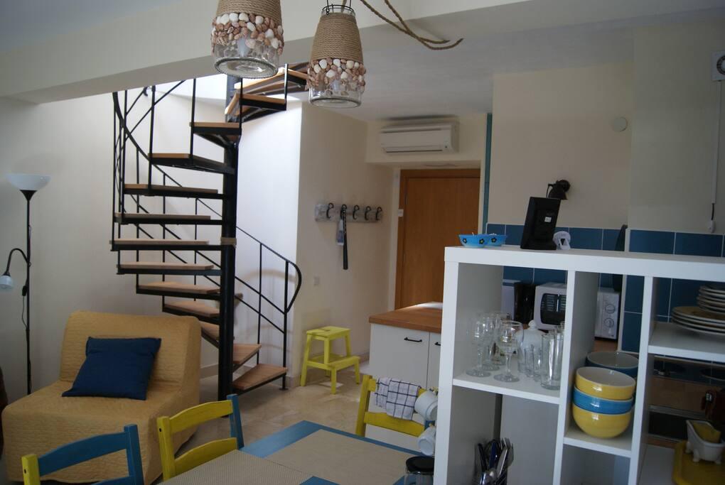 Раскладное кресло, прихожая и лестница на второй этаж