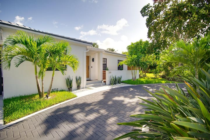 Luxury Palm Beach Cottage w Pool & King Beds Dtwn