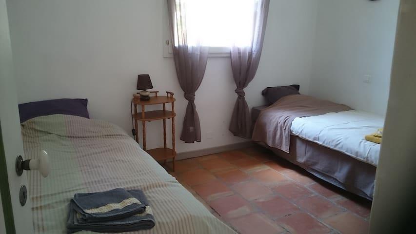chambre avec 2 lits et armoire