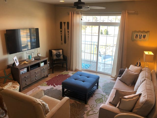 Cozy condo with beach cruisers and 2 pools!