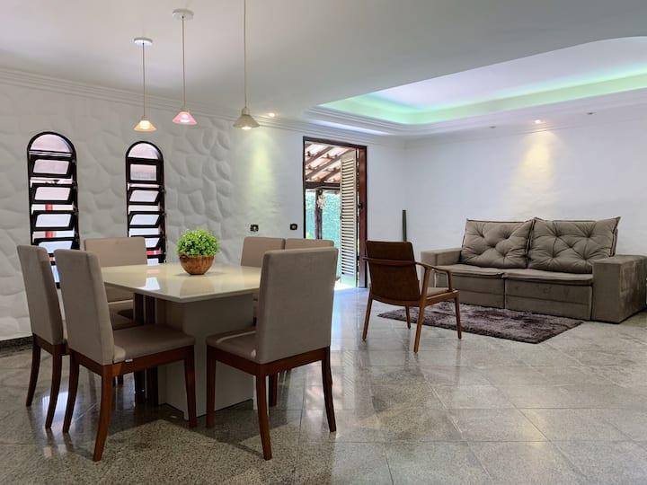 Casa nova grande e luxuosa em bairro nobre