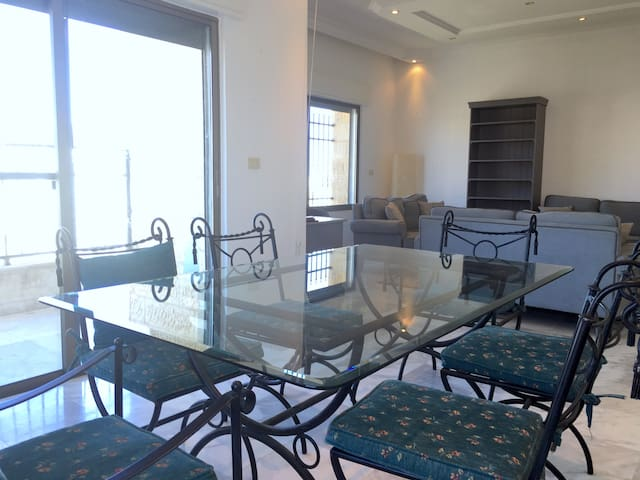 Spacious & Sunny 3rd Floor Apartment - Aman - Apartamento