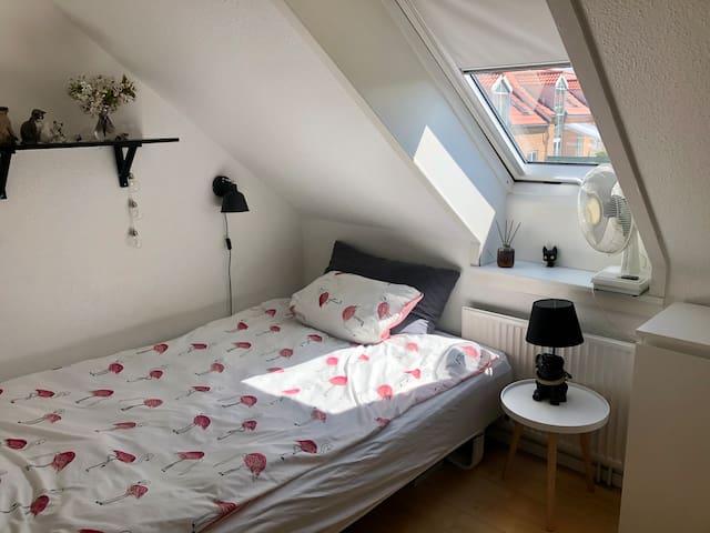 Værelse med seng 140 x 200 cm - room with bed for 1 or 2 people