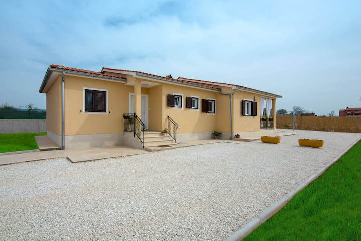NEW HOUSE Paola - with swimmingpool - Bibići - Talo