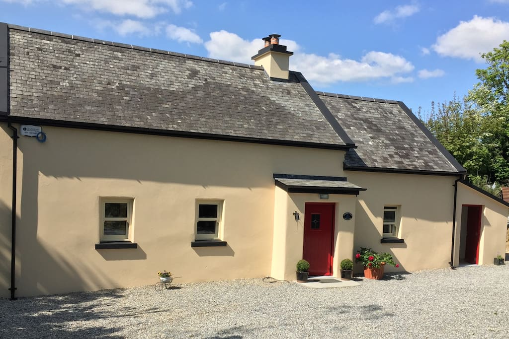 Bluebell Cottage is an Irish farmhouse cottage built around 1880. Fully renovated in 2016 with all modern facilities, it maintains its charming period features.