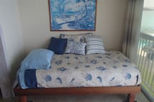 Single day bed with comfortable mattress and nice linen.