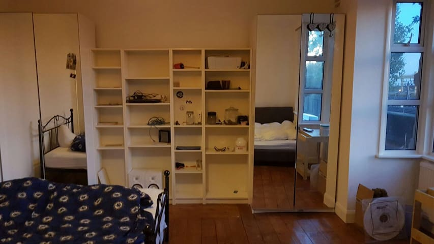 Very spacious double room available - Lontoo - Talo