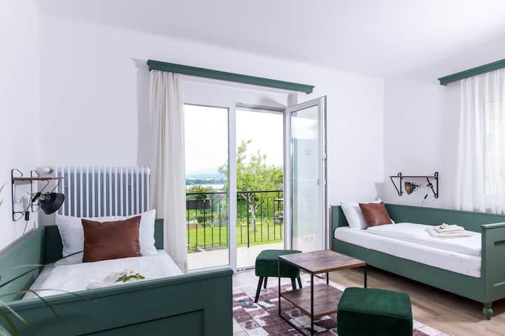 """Zimmer """"Wald"""" mit Seeblick im Gästehaus Margarete"""