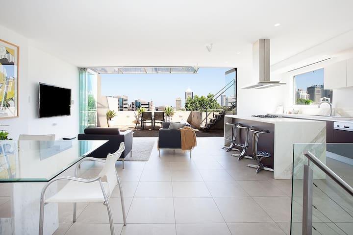 Enjoy Leafy Urban Outlooks in Modern Lifestyle Retreat