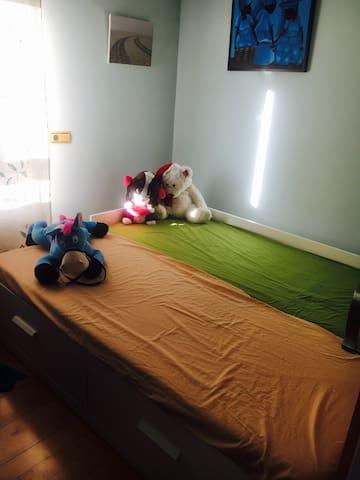 Así queda la habitación con las dos camas abiertas. De esta forma se ocupa casi el total del espacio de la habitación.