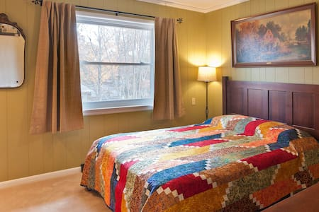North Chattanooga Bedroom with Private Bath & Desk - Chattanooga
