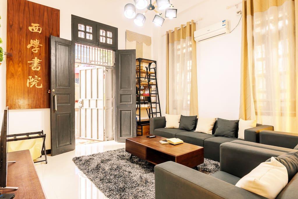 民国别墅里,现代化的客厅