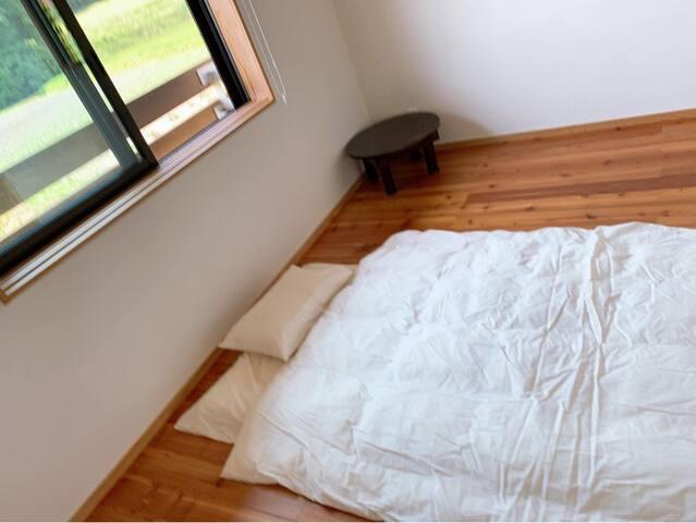 体験ヴィーガン夕食付き。3人までのシェアルーム。 小さなお子様の添い寝の場合には人数に含まれません。 布団類は全てオーガニック。 床は無垢材、壁は珪藻土でお部屋もオーガニック建材。 鍵あり。
