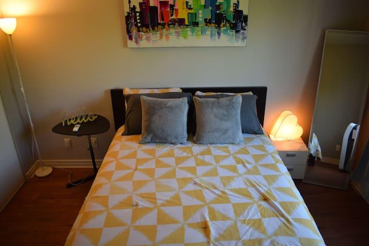 Belle chambre privée, calme /cosy room, comfy bed!