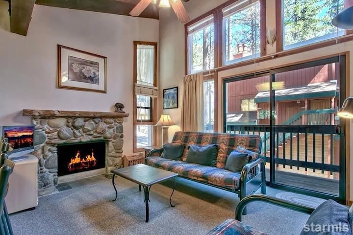 Cozy 2BR Condo: Walk to the Slopes & Biking Trails