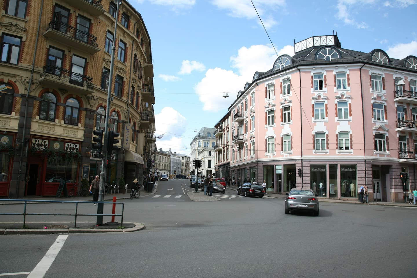Very central location  behind the castle, close to everything in Oslo.