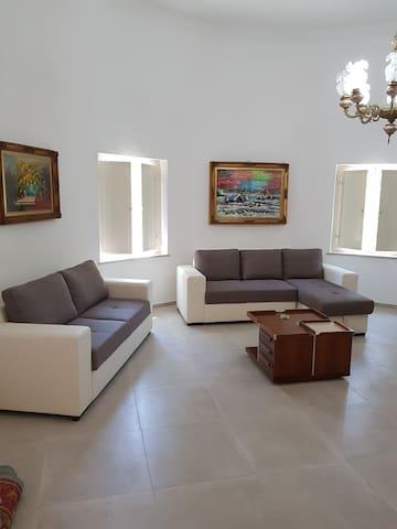 salone circolare con divani di cui uno divano letto